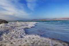 Salta vågor för dött hav Royaltyfri Bild