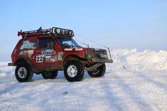 SALTAC-KOREM, РОССИЯ - 11-ОЕ ФЕВРАЛЯ 2018: Виллисы зимы доработанные автосалоном - заморозьте замешивать 2018 ехать на доработанн Стоковое Фото