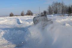 SALTAC-KOREM, RUSIA 11 DE FEBRERO DE 2018: Jeeps del salón del automóvil del invierno - hielo que amasa 2018 conduciendo el jeep  foto de archivo libre de regalías