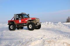 SALTAC-KOREM RYSSLAND - FEBRUARI 11, 2018: Övervintra den auto showen av jeepar - is som knådar 2018 Hoppa från Offroad jeepar - Arkivbild