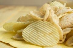 Saltade fet kolesterol för potatischipen skräpsnabbmatbegrepp Fotografering för Bildbyråer