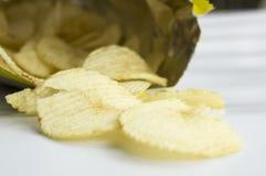 Saltade fet kolesterol för potatischipen skräpsnabbmatbegrepp Arkivbild