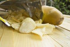 Saltade fet kolesterol för potatischipen skräpsnabbmatbegrepp Royaltyfri Bild