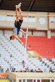 Saltador de poste en la arena deportiva magnífica Imagen de archivo libre de regalías