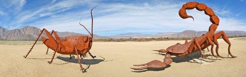 Saltamontes y escorpión - esculturas del metal - panorama Imagen de archivo libre de regalías