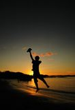Saltando al tramonto fotografia stock libera da diritti