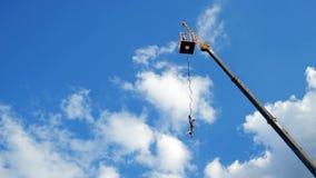 Saltando con seguro de la altura, asomando con la cuerda de la alta torre, hombre que despide en secuencia almacen de metraje de vídeo