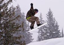 Saltando con uno Snowboard Fotografie Stock Libere da Diritti