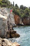 Saltando da un'alta scogliera Fotografia Stock Libera da Diritti