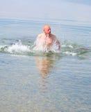 Saltando dall'acqua Fotografia Stock Libera da Diritti