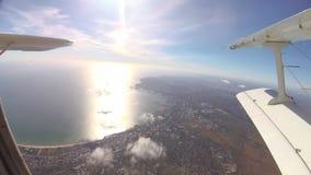 Saltando de un aeroplano con un paracaídas, el paisaje de Odessa de una altura almacen de video