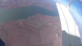 Saltando de un aeroplano con un paracaídas, el paisaje de Odessa de una altura metrajes