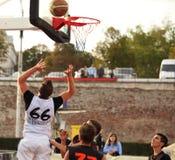 Saltando e jogando o basquetebol Imagem de Stock