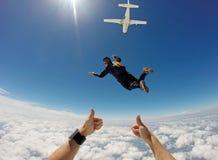 Saltando em queda livre o dia em tandem da nuvem imagem de stock royalty free
