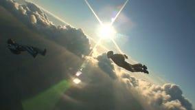 Saltando em queda livre o vídeo vídeos de arquivo