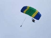 Saltando en caída libre al skydiver para dos personas Imágenes de archivo libres de regalías