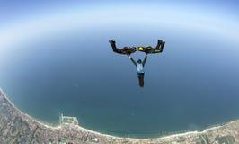 Saltando en caída libre la formación 3D que se divierte sobre el mar foto de archivo