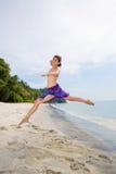 Saltando liberamente alla spiaggia Fotografie Stock Libere da Diritti