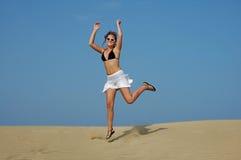 Saltando nel deserto Fotografia Stock