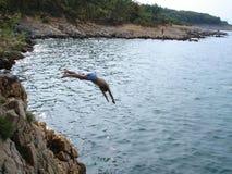 Saltando nel mare Fotografia Stock Libera da Diritti