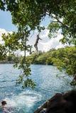 Saltando nelle acque blu profonde Immagini Stock Libere da Diritti