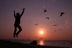 Saltando per la gioia Immagine Stock