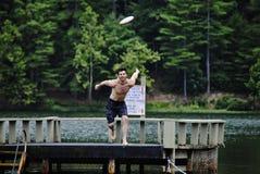 Saltando per un frisbee Fotografia Stock Libera da Diritti