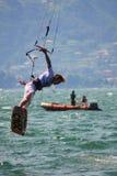 Saltando su con il kiteboard fotografia stock libera da diritti