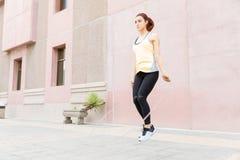 Saltar é um exercício completo do corpo fotos de stock royalty free