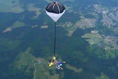 Saltar em queda livre em tandem Dois desportistas estão voando no céu foto de stock