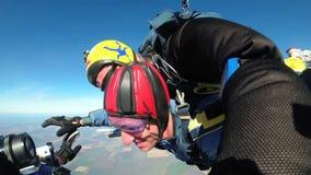 Saltar em queda livre em tandem Salto em tandem Os paraquedista em por muito tempo livram a queda video estoque