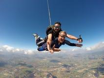 Saltar en caída libre al hombre de mediana edad en tándem fotos de archivo libres de regalías
