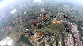 Saltar en caída libre la cámara lenta del grupo de la formación almacen de video
