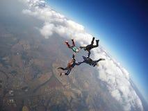 Saltar en caída libre la formación estelar del trabajo del equipo imagenes de archivo
