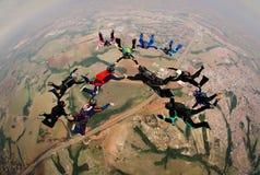 Saltar en caída libre la foto suave del foco del grupo de la formación fotografía de archivo libre de regalías