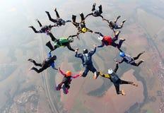 Saltar en caída libre la realización foto de archivo