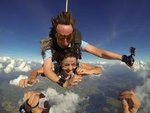 Saltar en caída libre los pares en tándem pov foto de archivo
