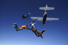 Saltar en caída libre salto del trabajo en equipo de la gente del avión Foto de archivo