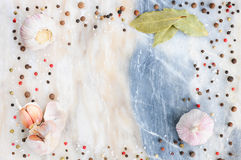 Saltar för svart, vit och röd peppar för vitlök, för lagerbladen, och kryddor Bakgrund av kryddor Krydda på marmor Bakgrundsram a Arkivfoto