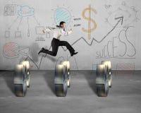 Saltar sobre o símbolo do dinheiro com negócio rabisca na parede imagens de stock royalty free