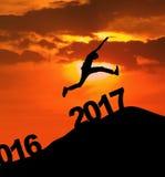 Saltare maschio attraente sopra i numeri 2017 Fotografia Stock Libera da Diritti