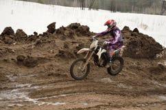 Saltation auf einem Motorrad Motocroßmitfahrer Lizenzfreie Stockfotos