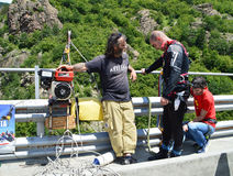 Saltatore dell'ammortizzatore ausiliario che si prepara per il salto Fotografia Stock