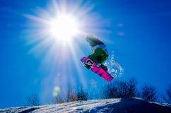 Saltatore dello snowboard Fotografia Stock