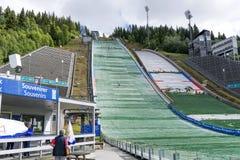 Saltatori di sci di addestramento, che stanno preparando per i concorsi dell'estate il 27 giugno 2016 a Lillehammer, Norvegia Fotografie Stock