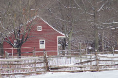 Saltbox hus i snön Royaltyfri Bild