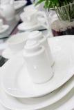 Saltcellar e pepperbox di ceramica bianchi immagini stock libere da diritti