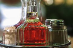 Saltcellar, pieprz, ocet i nafciane butelki, zdjęcia royalty free