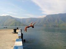 Salte al niño al Danau Toba Foto de archivo libre de regalías