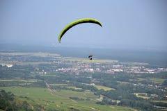 Salte con un paracaídas Imágenes de archivo libres de regalías